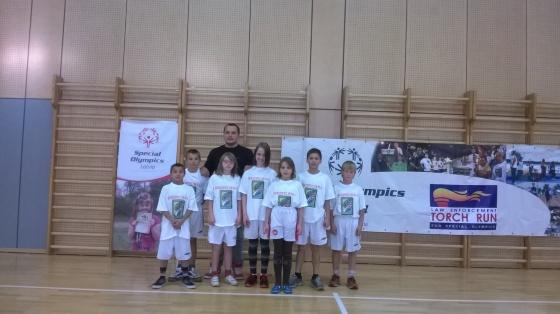 Skolas komanda ar sporta skolotāju Sergeju Karžaņecu.
