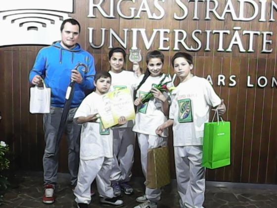 Skolotājs Sergejs Karžaņecs un bērni Harijs, Jolanta, Diāna un Agris