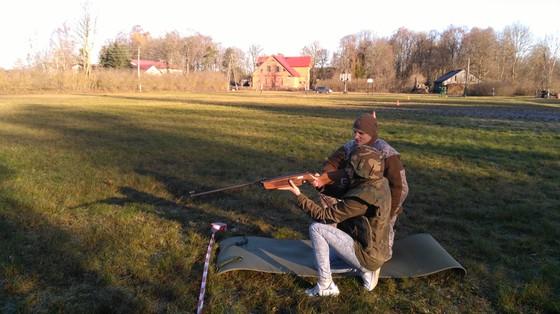 Bērni varēja izmēģināt savu veiklību, precizitāti un izturību karavīru organizētajā stafetē.