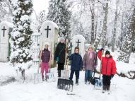 Bērzupes mazpulks tīra sniegu no Annenieku kapsētas celiņiem.