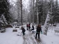 Sniega tīrīšanas talka Annenieku kapsētā.