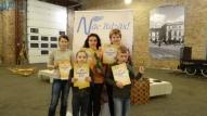Skolotāja Dzintra Kovaļevska ar bērniem.