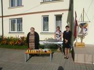 Skolotājus un skolēnus sveic skolas direktore Gaļina Gucu.