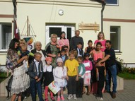 Skolotāja Dace ar 1., 2. klasi un vecākiem.