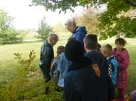 Skolotāja Dace kopā ar skolēniem meklē paslēpušos burtus.
