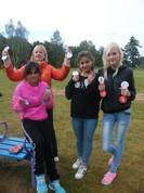 Skolotāja Ginta ar sportiskajām meitenēm.