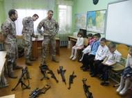 Skolēni tiek iepazīstināti ar ieročiem